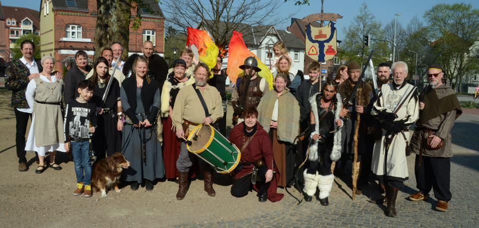 0d041208f3b881 Bereits am vergangenen Samstag gaben Teilnehmer des Mittelalterfestes zu  Wedel auf dem Wedeler Rathausplatz einen Vorgeschmack auf das große  Spektakel am ...